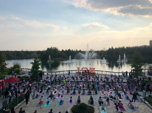 奕欧来携手BYMB健身平台,开展湖畔百人瑜伽活动